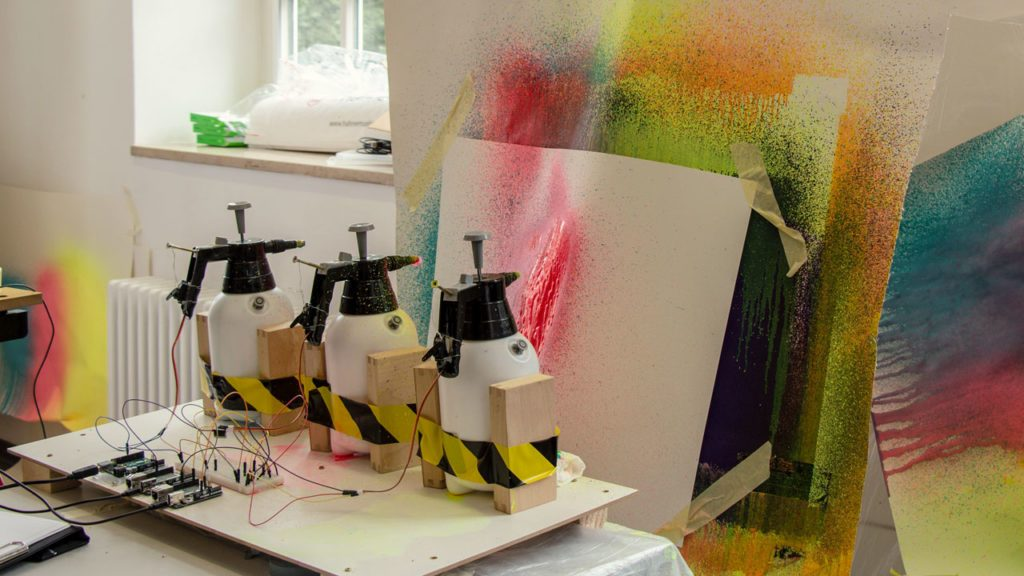 Spraydosen sprühen Farbe an die Wand