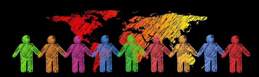 Soziale Verantwortung: illustierte Menschenkette vor den Kontinenten der Erde. In Farbe.